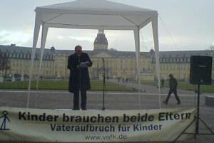 Bernd Kuppinger. Redet am Tag der Menschenrechte in Karlsruhe. 10. Dezember 2011.