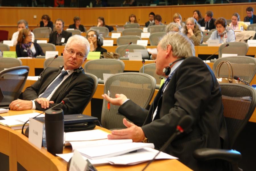 Der Deutsche Abgeordnete Peter Jahr (rechts) im Gespräch. Hat sich Jahrs Position gegenüber dem Vorjahr geändert ?
