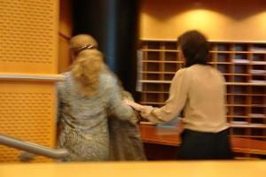 Die Präsidentin verlässt ihren Sitz, eilt sofort zur Mutter, übernimmt sie fürsorglich und verlässt mit ihr den Petitionssaal. Die Sitzung ist unterbrochen.