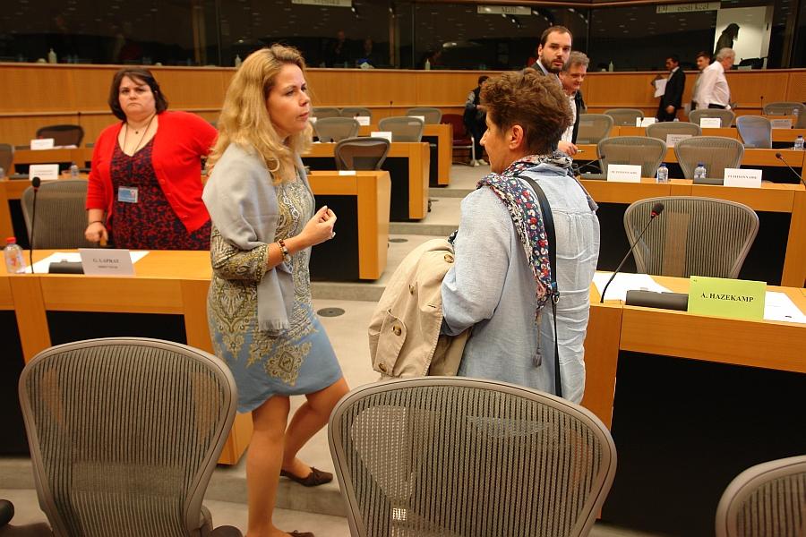 Ein Mensch hat den Vorsitz des Petitionsausschusses inne. Cecilia Wikström und Andrea Jacob im persönlichen Gespräch. Links die deutschspsrachige Sekretärin.
