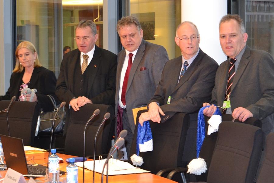 Im Bundestag: Fritz-Peter Kierski und Detlev Neumann vom Blauen Weihnachtsmann, Jörn Wunderlich, Linke, und Paul Lehrrieder, CSU.