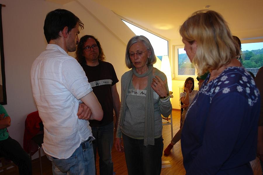 Erster Teil des Workshops SPRUNGBRETT: Imke Wrage erfragt die Mutter nach ihrer Befindlichkeit. Die Söhne sind zu nah an ihr dran und werden zu stark an sie gebunden.