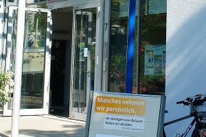 """Plakat HEUTE vor dem Waldbronner Rathaus: """"Manches nehmen wir persönlich. Ihr Anliegen zum Beispiel. Reden wir darüber ! Ihre CDU Waldbronn"""""""