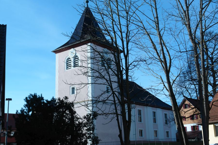 Die Evangelische Kirche vor Ort bleibt stumm.