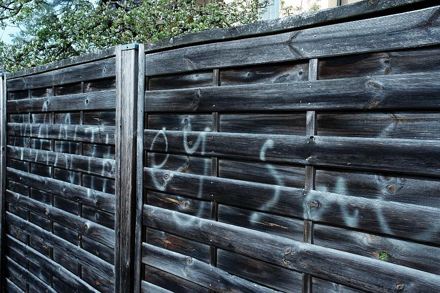 Aufgesprüht am Zaun des Nachbarn: Manthey Sau.