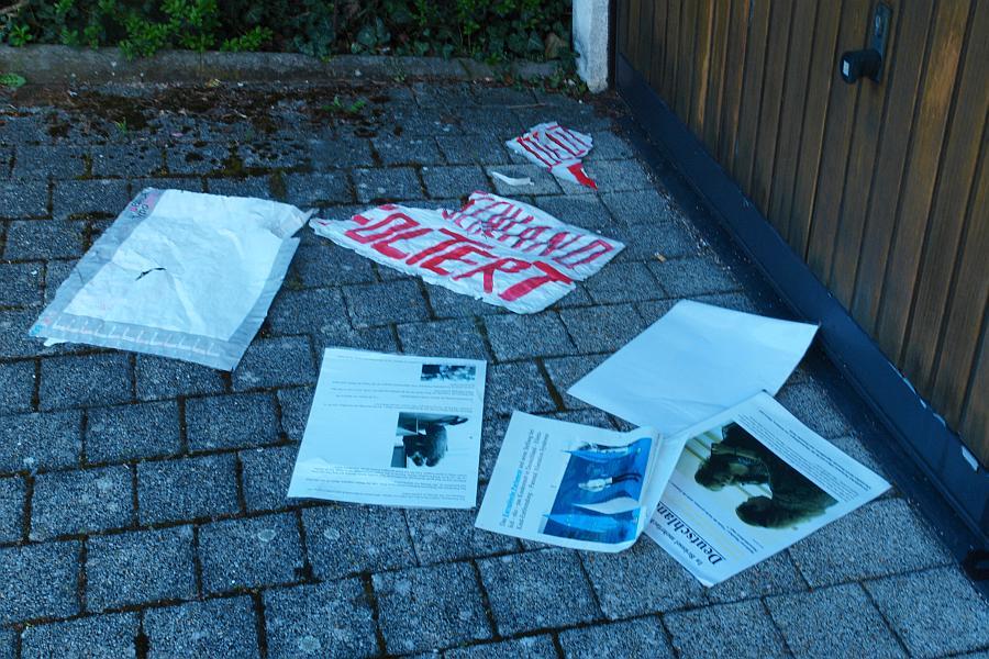 Abgerissene Plakate: Dokumentation Pressekonferenz Europäisches Parlament.