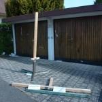 Zerstörtes und zuvor entwendetes Holzkreuz.