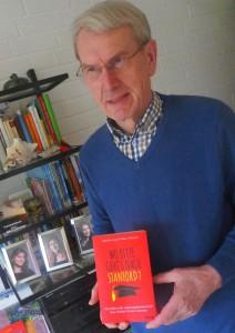 Der Autor mit seinem neuen Buch.