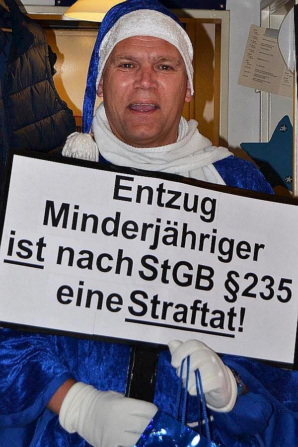Der Hamburger Aktivist sagt es uns mit dieser Aufnahme immer wieder: Der Entzug Minderjähriger ist eine Straftat !