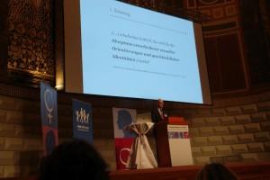 Prof. Dr. Christian Winterhoff klärt die rechtlichen Zusammenhänge zwischen Schulgesetz und Rechtsprechung.