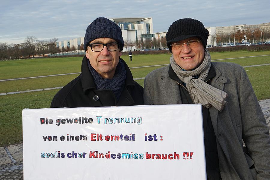Einzelkämpfer für das RECHT DER KINDER AUF BEIDE ELTERN vor dem Bundeskanzleramt.