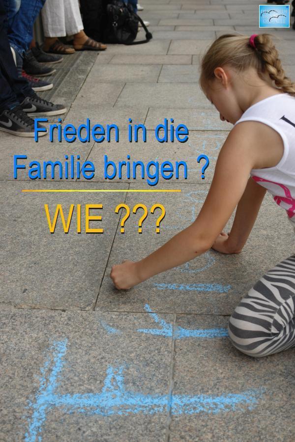 Mädchen zeichnet auf dem Platz der Grundrechte in Karlsruhre: Kinder wünschen sich Frieden in ihren Familien.