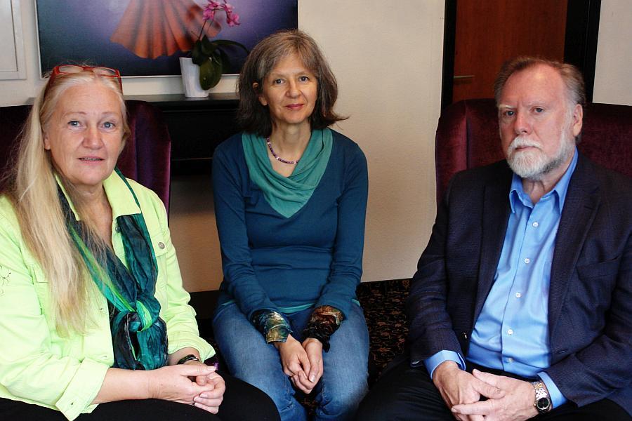 Dagmar Neubronner (Mitte) mit Heiderose Manthey und Prof. Dr. Gordon Neufeld.