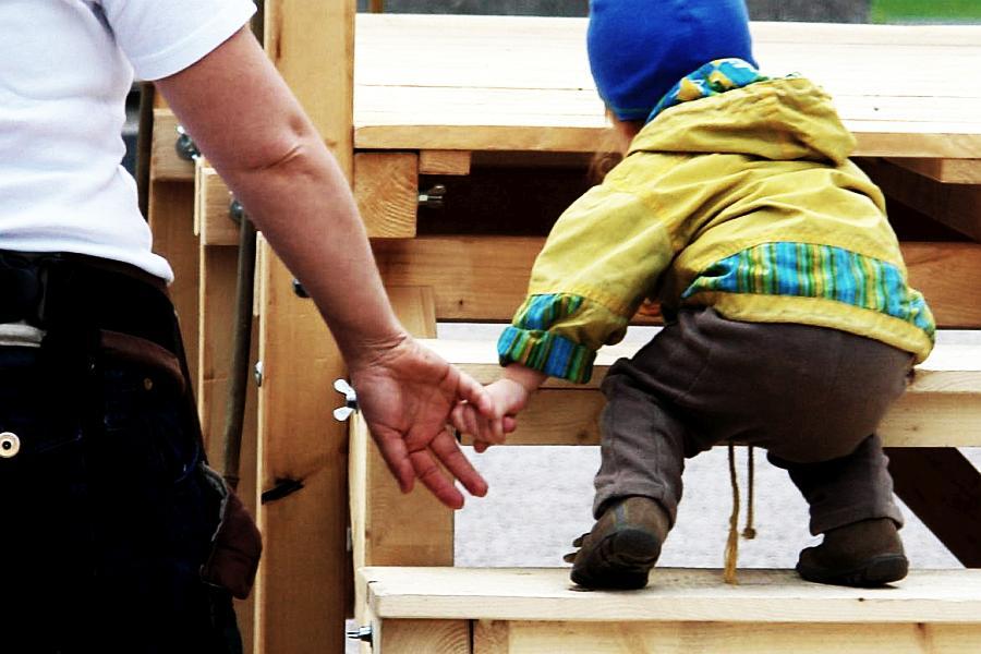 Die vertraute Hand für die steilen Schritte im Leben. Fehlt sie ?