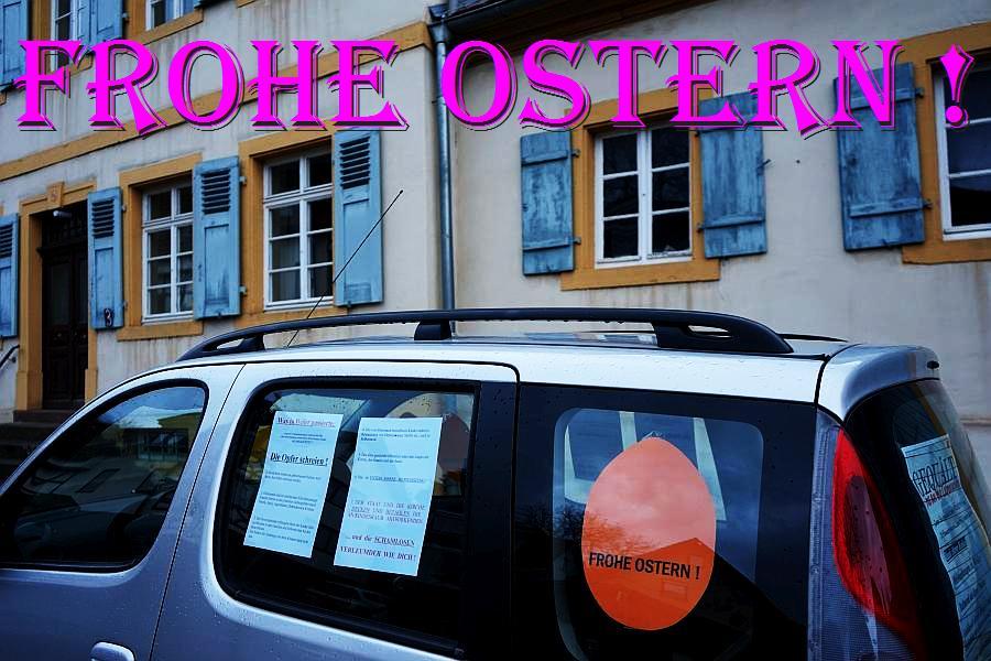 """Aufklärung über das Menschenrechtsverbrechen kid - eke - pas vor Ort. Hier: ARCHE-Mobil steht vor dem Pfarrhaus in Weiler. Hauptstraße. """"Sie starb an gebrochenem Herzen ! - Gequält bis an ihr Lebensende. Hebamme von Weiler."""""""