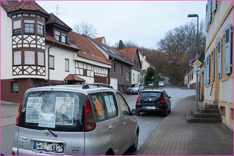 """Aufklärung über das Menschenrechtsverbrechen kid - eke - pas vor Ort. Hier: ARCHE-Mobil steht in der Hauptstraße von Weiler. Bildtext: """"Sie starb an gebrochenem Herzen ! - Gequält bis an ihr Lebensende. Hebamme von Weiler."""""""