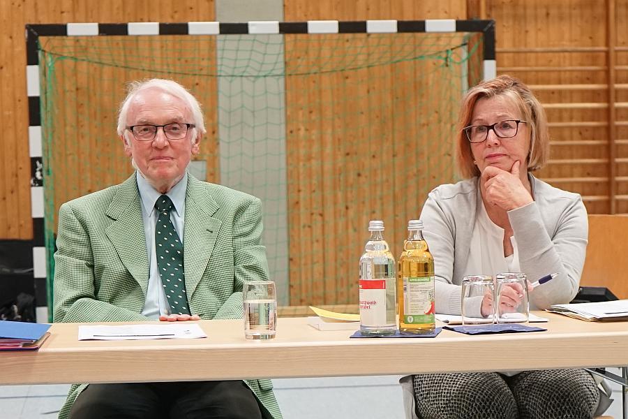 Professor Jourdan und Hauptamtsleiterin Karla Arp. Zielgerichtet vor dem Tor !