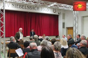 Prof. Rudolf Jourdan bei seinem Vortrag über die Rahmenbedingungen der Leitbilderstellung in Niebelsbach. Einwohner André Ott vorne rechts nach seiner Frage bzgl. Landschaft- und Naturschutz.